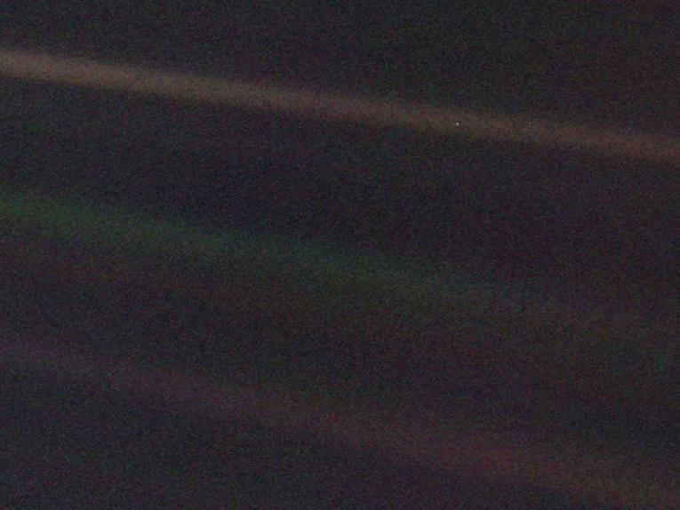 la foto Pale Blue Dot di Carl Sagan è stata scattata nel 1990 dal satellite Voyager 1